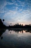 Η όμορφη ανατολή, σκιαγραφία Angkor Wat στην ανατολή, ο καλύτερος χρόνος το πρωί σε Siem συγκεντρώνει, Καμπότζη Στοκ Φωτογραφίες
