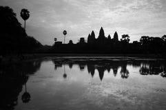 Η όμορφη ανατολή, σκιαγραφία Angkor Wat στην ανατολή, ο καλύτερος χρόνος το πρωί σε Siem συγκεντρώνει, Καμπότζη Στοκ εικόνες με δικαίωμα ελεύθερης χρήσης