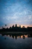 Η όμορφη ανατολή, σκιαγραφία Angkor Wat στην ανατολή, ο καλύτερος χρόνος το πρωί σε Siem συγκεντρώνει, Καμπότζη Στοκ Εικόνες