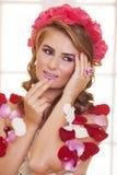 Η όμορφη γυναίκα έντυσε στα τριαντάφυλλα Στοκ εικόνες με δικαίωμα ελεύθερης χρήσης