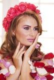Η όμορφη γυναίκα έντυσε στα τριαντάφυλλα Στοκ φωτογραφίες με δικαίωμα ελεύθερης χρήσης