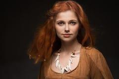 Η όμορφη γυναίκα έντυσε ως Αμαζώνες Στοκ εικόνες με δικαίωμα ελεύθερης χρήσης