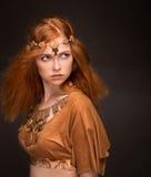 Η όμορφη γυναίκα έντυσε ως Αμαζώνες Στοκ φωτογραφία με δικαίωμα ελεύθερης χρήσης