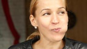 Η όμορφη γυναίκα έχει ένα μεσημεριανό γεύμα στο θερινό πεζούλι, το κορίτσι κινηματογραφήσεων σε πρώτο πλάνο πίνει τον καφέ ή το τ απόθεμα βίντεο