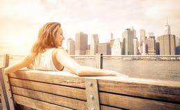Η όμορφη γυναίκα απολαμβάνει τον ορίζοντα της Νέας Υόρκης στοκ φωτογραφία