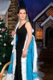 Η όμορφη γυναίκα αφαιρεί το φανταχτερό φόρεμα Χριστουγέννων στοκ εικόνες