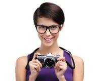 Η όμορφη γυναίκα δίνει την αναδρομική φωτογραφική φωτογραφική μηχανή Στοκ Φωτογραφίες