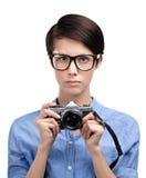 Η όμορφη γυναίκα δίνει την αναδρομική φωτογραφική φωτογραφική μηχανή Στοκ φωτογραφία με δικαίωμα ελεύθερης χρήσης