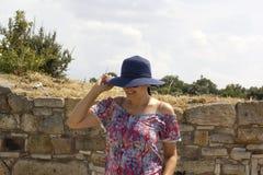 Η όμορφη γυναίκα εξετάζει τη κάμερα στην αρχαία πόλη Kyme Στοκ Εικόνες