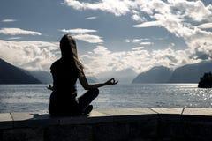 Η όμορφη γυναίκα κάθεται στην προκυμαία, Νορβηγία στοκ φωτογραφίες