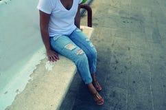 Η όμορφη γυναίκα κάθεται στον πάγκο στοκ φωτογραφίες με δικαίωμα ελεύθερης χρήσης