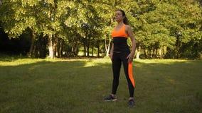 Η όμορφη γυναίκα κάνει την προθέρμανση Fitnes το πρωί στο ξέφωτο στο δάσος απόθεμα βίντεο