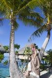Η όμορφη γυναίκα με αυξήθηκε κοντά σε έναν φοίνικα, Ταϊτή Στοκ φωτογραφία με δικαίωμα ελεύθερης χρήσης