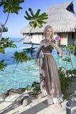 Η όμορφη γυναίκα με αυξήθηκε κοντά σε μια θάλασσα, Ταϊτή Στοκ Εικόνα