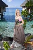 Η όμορφη γυναίκα με αυξήθηκε κοντά σε μια θάλασσα, Ταϊτή Στοκ Φωτογραφίες