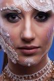 Η όμορφη γυναίκα με καλλιτεχνικό δημιουργικό αποτελεί Στοκ Φωτογραφίες