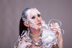 Η όμορφη γυναίκα με καλλιτεχνικό δημιουργικό αποτελεί Στοκ Εικόνες