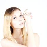 Η όμορφη γυναίκα με μια μόνιμη σύνθεση αγγίζει το πρόσωπό της Ομορφιά ξανθή Στοκ εικόνα με δικαίωμα ελεύθερης χρήσης