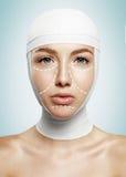 Η όμορφη γυναίκα με οι γραμμές κεφαλιών και χειρουργικών επεμβάσεων Στοκ Φωτογραφίες