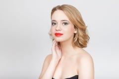 Η όμορφη γυναίκα με τα κόκκινα χείλια κλείνει επάνω το πορτρέτο στο στούντιο σε GR Στοκ Εικόνες