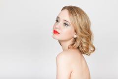 Η όμορφη γυναίκα με τα κόκκινα χείλια κλείνει επάνω το πορτρέτο στο στούντιο σε GR Στοκ Φωτογραφία