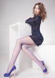Η όμορφη γυναίκα με τα μακριά προκλητικά πόδια έντυσε την κομψή τοποθέτηση στο στούντιο - πλήρες σώμα Στοκ Φωτογραφίες