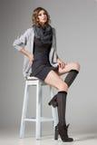 Η όμορφη γυναίκα με τα μακριά προκλητικά πόδια έντυσε την περιστασιακή τοποθέτηση Στοκ φωτογραφία με δικαίωμα ελεύθερης χρήσης