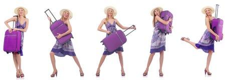 Η όμορφη γυναίκα με τη βαλίτσα που απομονώνεται στο λευκό στοκ εικόνα