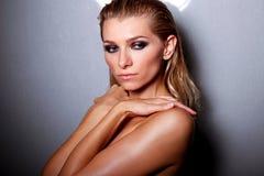 Η όμορφη γυναίκα με τη γοητεία αποτελεί Στοκ εικόνες με δικαίωμα ελεύθερης χρήσης