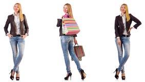 Η όμορφη γυναίκα με τις τσάντες αγορών που απομονώνεται στο λευκό στοκ εικόνα με δικαίωμα ελεύθερης χρήσης