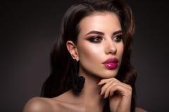 Η όμορφη γυναίκα με τον επαγγελματία αποτελεί Ρόδινα χείλια Στοκ Εικόνα