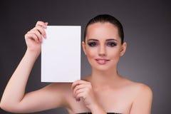 Η όμορφη γυναίκα με το κενό έγγραφο μηνυμάτων στοκ φωτογραφία