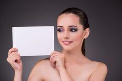 Η όμορφη γυναίκα με το κενό έγγραφο μηνυμάτων στοκ εικόνα
