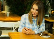 Η όμορφη γυναίκα πίνει τον καφέ και διαβάζει τις ειδήσεις πρωινού Στοκ εικόνες με δικαίωμα ελεύθερης χρήσης