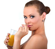 Η όμορφη γυναίκα πίνει το πορτοκάλι φρέσκο Στοκ φωτογραφία με δικαίωμα ελεύθερης χρήσης