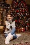 Η όμορφη γυναίκα περιμένει τα Χριστούγεννα στοκ εικόνες