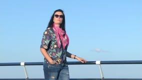 Η όμορφη γυναίκα περπατά στην αποβάθρα παραλίας ευρύ πλαίσιο θερινού χρόνου 4K ακατέργαστος επεξεργασμένος απόθεμα βίντεο
