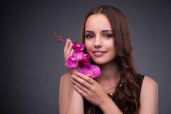 Η όμορφη γυναίκα που εφαρμόζει τη σύνθεση στην έννοια μόδας στοκ εικόνες με δικαίωμα ελεύθερης χρήσης