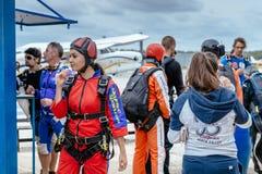 Η όμορφη γυναίκα προετοιμάζεται σε skydive Στοκ Εικόνα