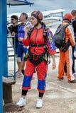 Η όμορφη γυναίκα προετοιμάζεται σε skydive Στοκ Φωτογραφίες