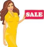 Η όμορφη γυναίκα σε ένα κίτρινο φόρεμα κρατά ένα σημάδι πώλησης ελεύθερη απεικόνιση δικαιώματος