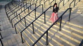 Η όμορφη γυναίκα στην κόκκινη φούστα τρέχει κάτω Στοκ φωτογραφία με δικαίωμα ελεύθερης χρήσης