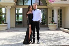 Η όμορφη γυναίκα στην πλάτη prom ντύνει και όμορφος τύπος στο κοστούμι, προκλητικός έφηβος έτοιμος για μια νύχτα πολυτέλειας στοκ εικόνες