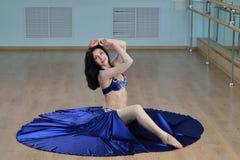Η όμορφη γυναίκα στο αραβικό κοστούμι που χορεύει στην κίνηση, Ασιάτης ή η κοιλιά χορεύουν Στοκ εικόνες με δικαίωμα ελεύθερης χρήσης