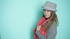 Η όμορφη γυναίκα στο καπέλο φορά ένα μαντίλι απόθεμα βίντεο