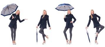 Η όμορφη γυναίκα στο μαύρο παλτό με μια ομπρέλα στοκ φωτογραφία