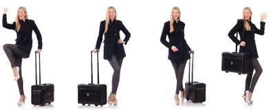 Η όμορφη γυναίκα στο μαύρο παλτό με τη βαλίτσα στοκ φωτογραφία