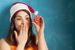 Η όμορφη γυναίκα στο νέο κιβώτιο δώρων έτους λαβής Άγιου Βασίλη στοκ φωτογραφία
