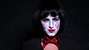 Η όμορφη γυναίκα στο ύφος φρίκης αποτελεί τραγουδά ένα τραγούδι στο σκοτεινό υπόβαθρο απόθεμα βίντεο
