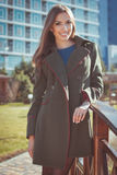 Η όμορφη γυναίκα φορά το θερμό παλτό φθινοπώρου στοκ φωτογραφία με δικαίωμα ελεύθερης χρήσης
